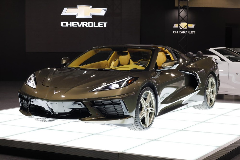 Chiếc xe thể thao Chevrolet Corvette C8 được giới thiệu tại triển lãm Tokyo Auto Salon 2020 có màu sơn gây thương nhớ đó chính là nâu ánh kim Zeus Bronze Metallic vô cùng bắt mắt. Đây là màu mới chỉ có trên dòng xe thể thao Chevrolet Corvette thế hệ thứ 8.