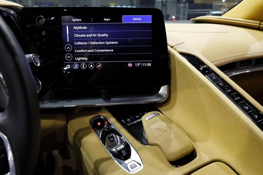Màn hình giải trí của xe có kích thước 12 inch với giao diện hiện đại và hỗ trợ đầy đủ các kết nối thông dụng hiện nay, bao gồm cả ra lệnh bằng giọng nói. Dàn âm thanh Bose với 10 loa là tiêu chuẩn, có thể nâng cấp lên loại 14 loa với chức năng tạo âm vòm.