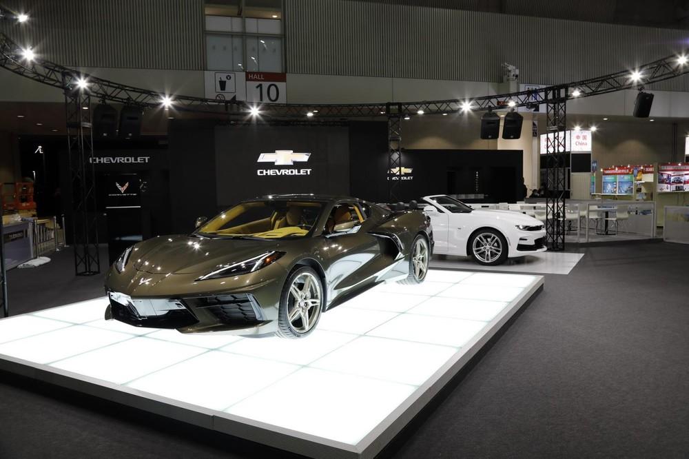 Ngoài màu nâu ánh kim Zeus Bronze Metallic, bên ngoài chiếc xe thể thao Chevrolet Corvette C8 ra mắt ở Nhật Bản còn có nhiều chi tiết màu đen ở cản trước, cản sau cũng như viền hốc gió và cánh gió, mâm xe được sơn màu vàng cát