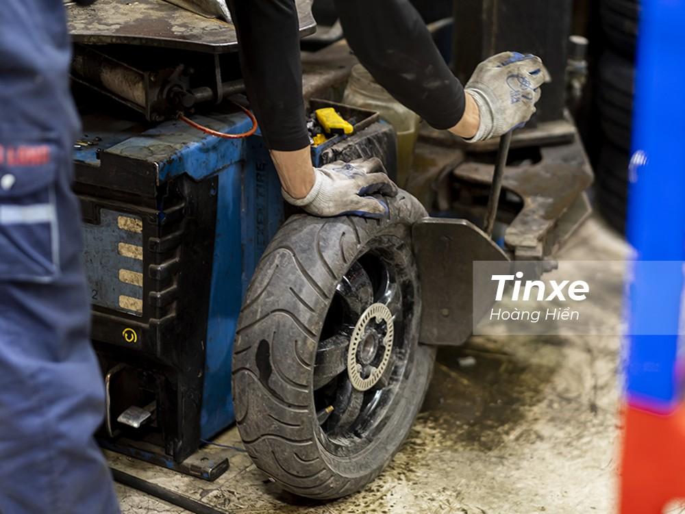 Để đảm bảo an toàn và chất lượng của lốp xe, các lái xe nên đưa xe đến các xưởng dịch vụ có máy ra lốp để tiến hành vá trong.