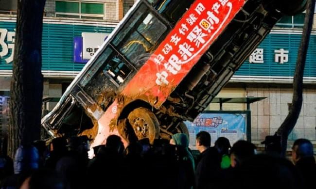 Chiếc xe buýt bị hư hỏng nặng sau khi được đưa lên khỏi hố tử thần