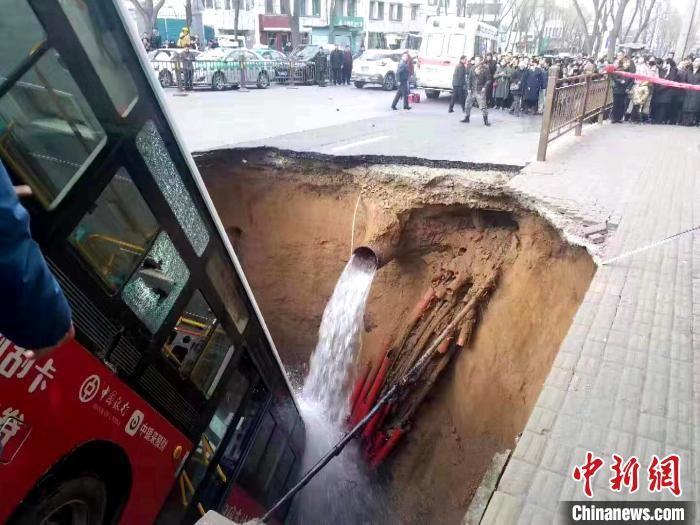 Chiếc xe buýt cắm đầu xuống hố tử thần