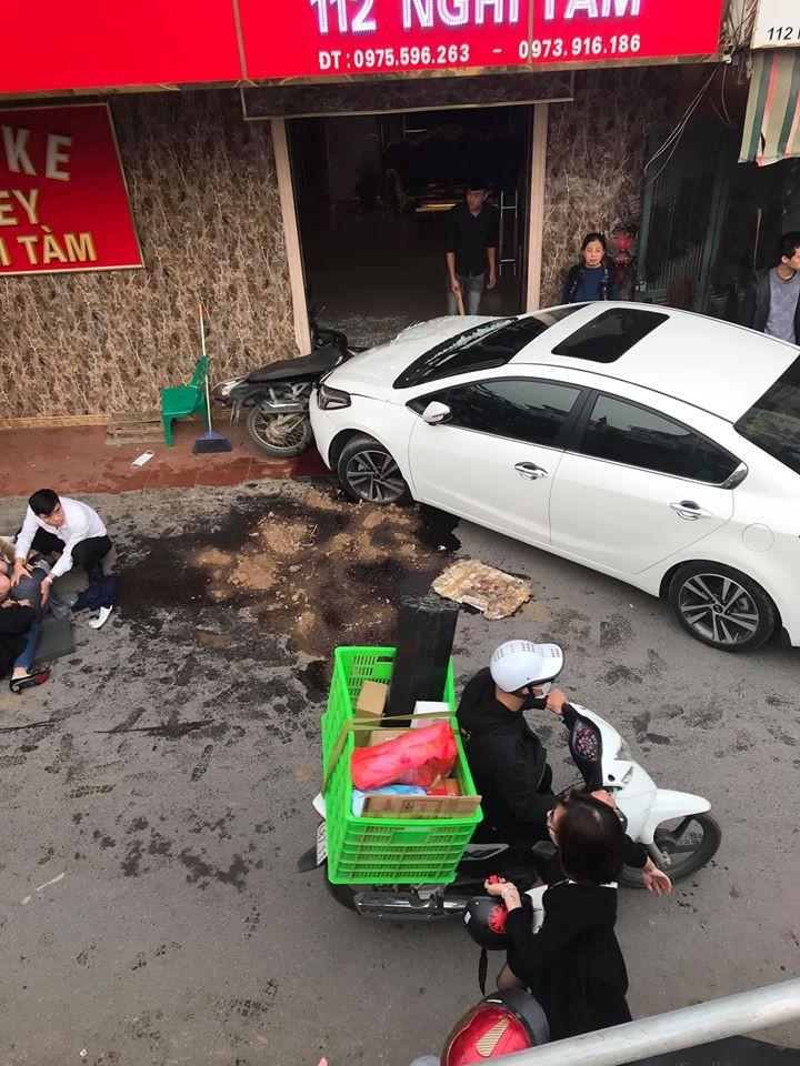 Hiện trường vụ tai nạn hy hữu tại Nghi Tàm, Hà Nội
