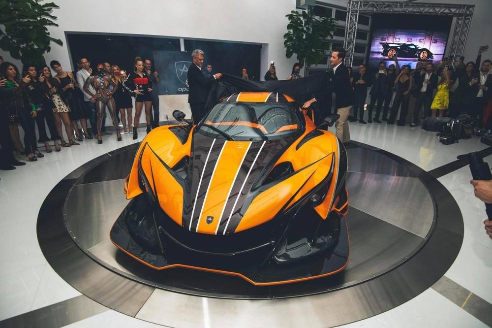 Như chúng ta đều biết rằng mẫu siêu xe Apollo Intensa Emozione không dành cho số đông vì chỉ được sản xuất 10 chiếc và đi kèm với mức giá bán không hề rẻ, lên đến 2,3 triệu Euro, tương đương 2,7 triệu đô la hay 61,3 tỷ đồng.