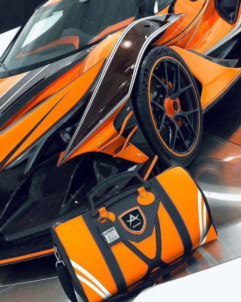 Bộ phụ kiện đi kèm theo xe cũng rất cá tính với cách phối màu tông xuyệt tông với ngoại thất của chiếc siêu xe Apollo Intensa Emozione Orange Dragon này.