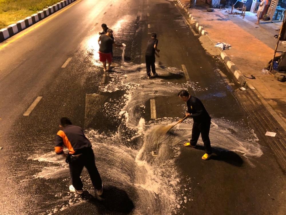 Lực lượng cứu hỏa dọn dẹp vết dầu loang trên đường