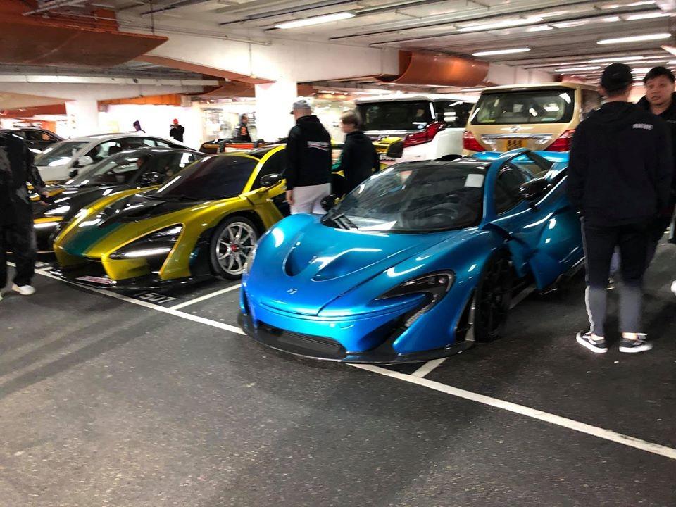 McLaren P1 màu xanh nước biển. Chỉ có 375 chiếc McLaren P1 được sản xuất trên thế giới. Kế bên là 1 trong 6 chiếc McLaren Senna xuất hiện tại sự kiện mừng năm mới ở Hồng Kông