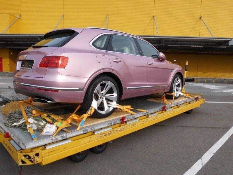 Oval exhaust says that the new pink Bentley Bentayga back to Vietnam belongs to the W12 version
