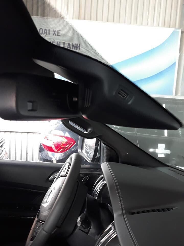 The inside rearview mirror area has an additional USB port that allows the installation of a dashcam
