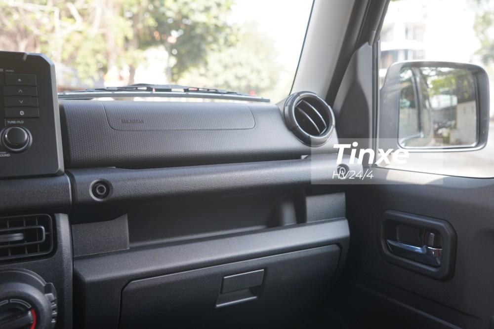 Bảng táp-lô của Suzuki Jimny thế hệ thứ 4 thiết kế vuông vức, phía ngoài cùng là cửa gió điều hoà.