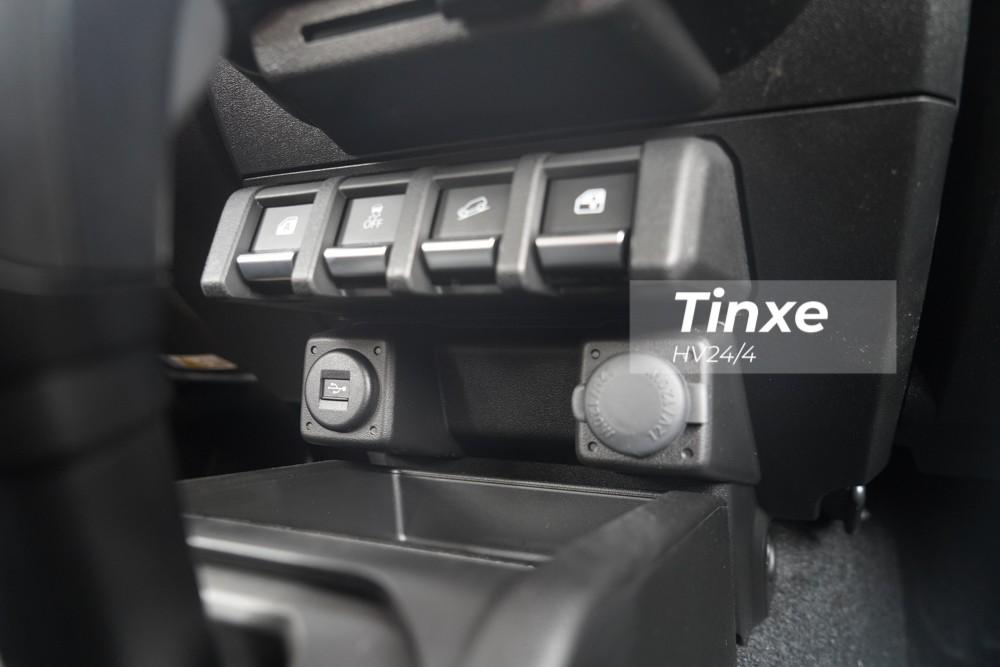Cả hai chiếc xe Suzuki Jimny thế hệ mới nhập về Việt Nam đều có nguồn gốc từ Đức nên xe còn có cả trang bị sưởi ghế trước. Ghế sau có khả năng gập 50:50 để đáp ứng nhu cầu chở đồ đạc, hàng hóa khi cần thiết. Một số tính năng khác như cổng USB hay cổng sạc 12V cũng có trên chiếc Suzuki Jimny 2020 đầu tiên về Việt Nam.