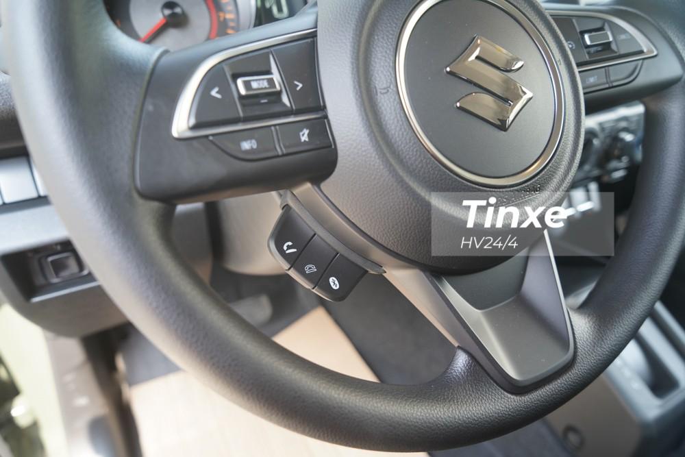 Vô-lăng xe là loại 3 chấu có thiết kế quen thuộc đối với người dùng Việt Nam, đặc biệt là các chủ sở hữu Suzuki Swift. Trên vô-lăng của Suzuki Jimny thế hệ thứ 4 tích hợp thêm các nút bấm như nghe điện thoại, tăng giảm âm lượng...