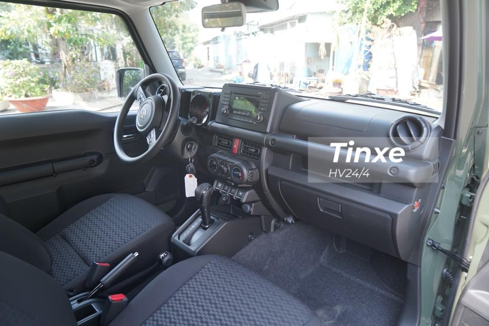 Ghế ngồi của Suzuki Jimny thế hệ thứ 4 đầu tiên về Việt Nam bọc nỉ và chỉnh tay toàn bộ. Màn hình giải trí đơn sắc có kích thước nhỏ, thao tác bằng nút bấm nhưng vẫn hỗ trợ kết nối Bluetooth thuận tiện.