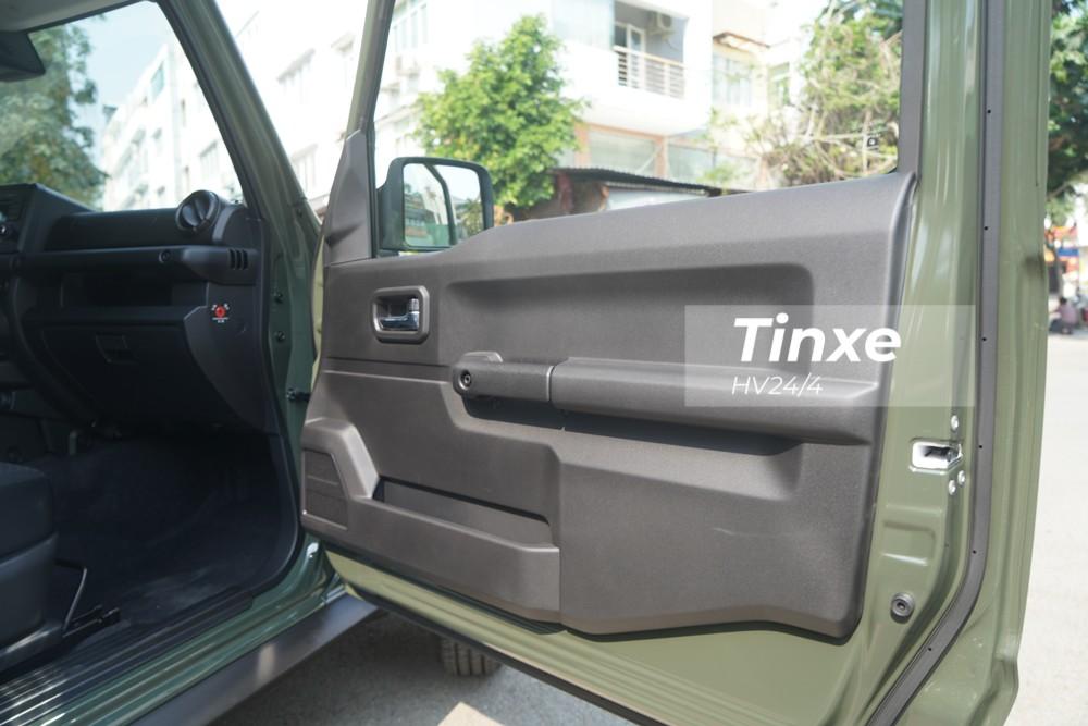 """Mở cửa bước vào trong khoang lái của Suzuki Jimny 2020 cho thấy các mặt cửa ốp nhựa sơn tối màu. Thiết kế nội thất của """"Tiểu Mercedes-Benz G-Class"""" khá đơn giản và vuông vức."""