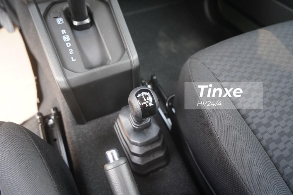 Động cơ kết hợp với hộp số tự động 4 cấp và hệ truyền động dạng 4 bánh có tên Allgrip Pro AWD được phát triển bởi Suzuki, nhờ đó, Suzuki Jimny thế hệ thứ 4 mới về Việt Nam có khả năng chuyển đổi từ loại 2 cầu sang 1 cầu hoặc ngược lại một cách nhanh chóng.