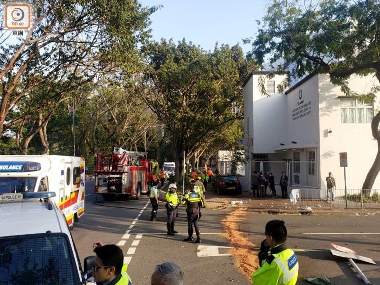 Hiện trường vụ tai nạn xe Volkswagen lao lên vỉa hè tông trúng 8 học sinh và giáo viên