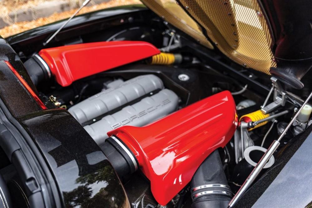 Trên siêu xe Mirage GT Gold Edition, Gemballa đã nâng cấp nhẹ động cơ bằng việc tinh chỉnh ECU, cải tiến hệ thống nạp, nâng cấp hệ thống ống xả cũng như trang bị cho xe bộ lọc khí thải mới. Với những nâng cấp này, động cơ của V10, dung tích 5.7 lít, hút khí tự nhiên của xe giờ đây sẽ tạo ra công suất tối đa lên đến 670 mã lực và mô-men xoắn cực đại 680 Nm, mạnh hơn đến 58 mã lực so với nội công của Porsche Carrera GT.