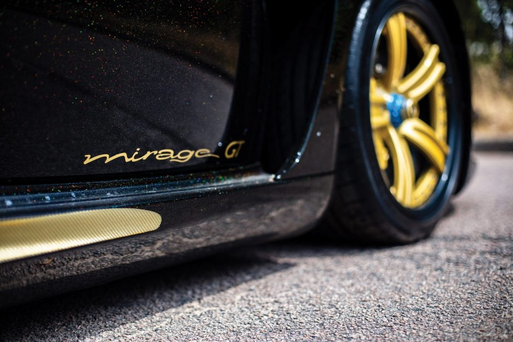 It can be seen that the additional name Gold Edition of the Gemballa Mirage GT used by Samuel Eto'o also shows that the car has many wonderful gold-plated details and shows the playability of the previous generation car owner.