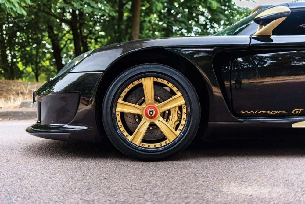 The carbon fiber parts of the Gemballa Mirage GT Gold Edition supercar are dyed yellow like some other gold-painted details, such as brake shafts or wheels.