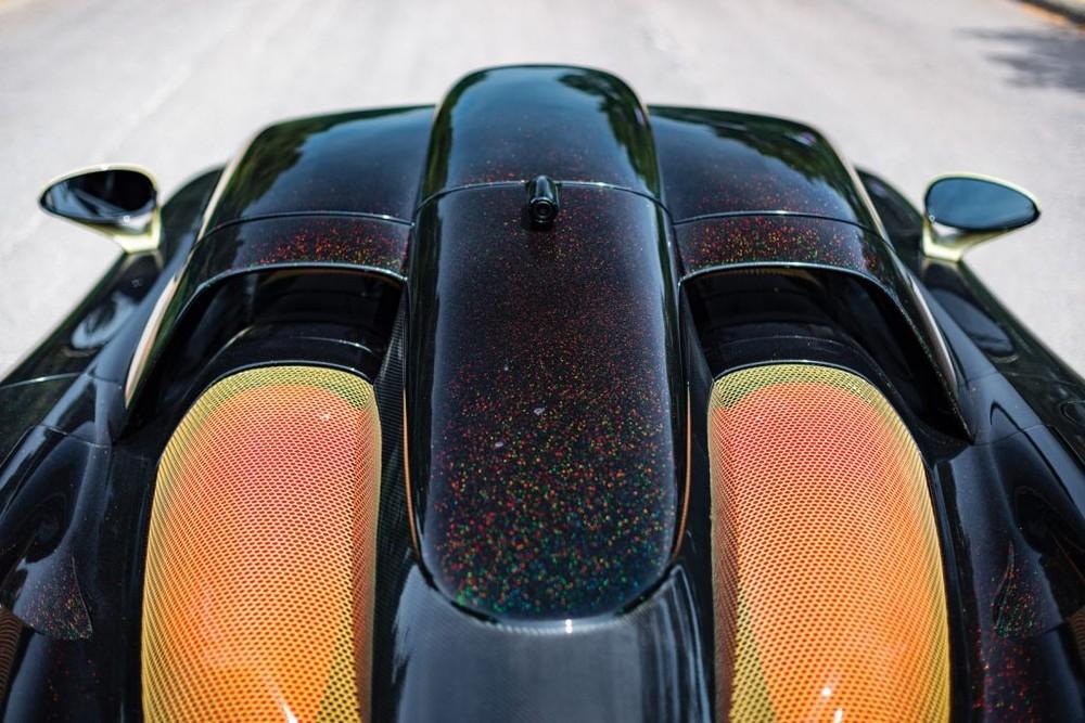 Nhìn từ góc độ này ta sẽ thấy màu sắc rõ ràng nhất của siêu xe Gemballa Mirage GT Gold Edition giữa đen, các hạt màu tắc kè và chi tiết dát vàng.