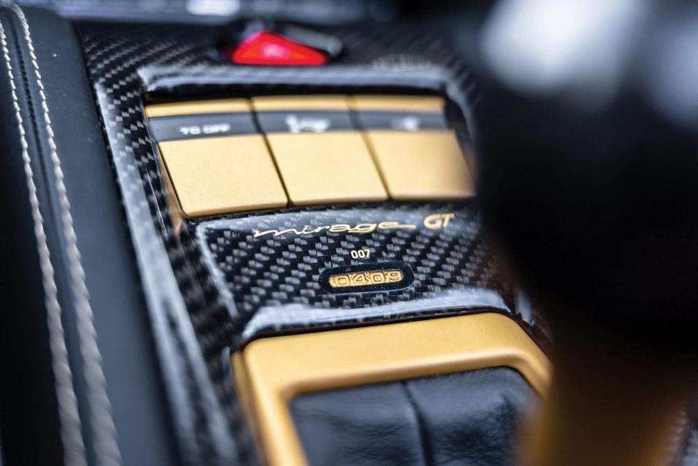 Sợi carbon cũng được sử dụng tuy nhiên lần này chỉ là sợi carbon màu đen thông thường.