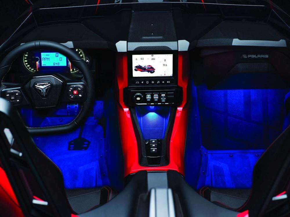 Nội thất xe cóvô lăng mới và hệ thốngthông tin giải trí nâng cấp