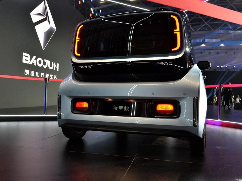 Giá bán của E300 sẽ chỉ mềm trong khoảng 200 - 240 triệu đồng