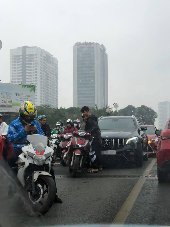Vụ tai nạn đã khiến cầu vượt Thái Hà bị ùn tắc giao thông