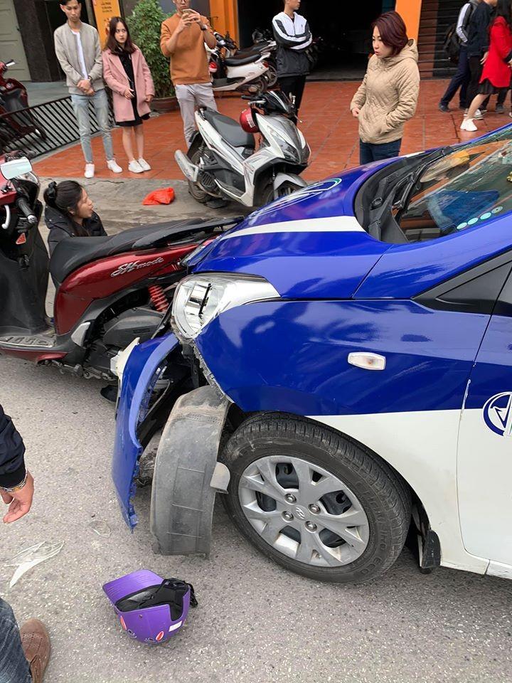 Cả chiếc Honda SH Mode và taxi đều bị hư hỏng nặng sau vụ tai nạn