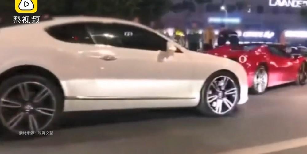 Bentley Continental GT Speed tông vào đuôi siêu xe Ferrari 488 Spider màu đỏ