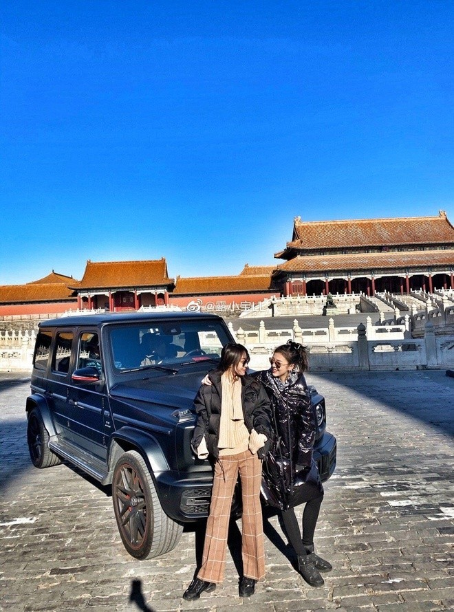 Lo Tieu Ngoc and his friends take a photo with Mercedes-AMG G63 Edition 1 at the Forbidden City monument