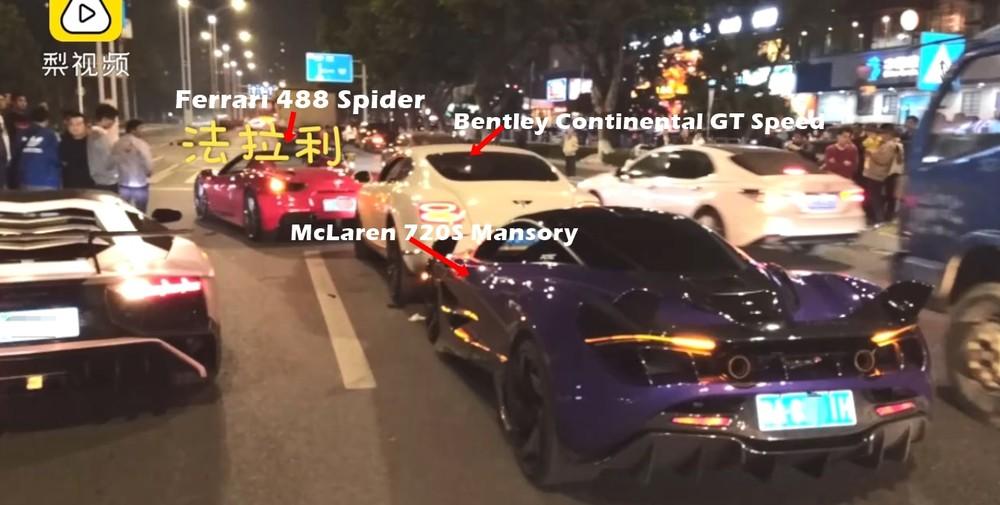 Hiện trường vụ tai nạn của các siêu xe tại Trung Quốc. Bên trái còn có Lamborghini Aventador LP750-4 SV