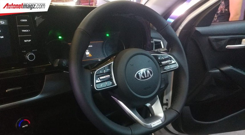Leather-wrapped steering wheel with function keys in the high-end version