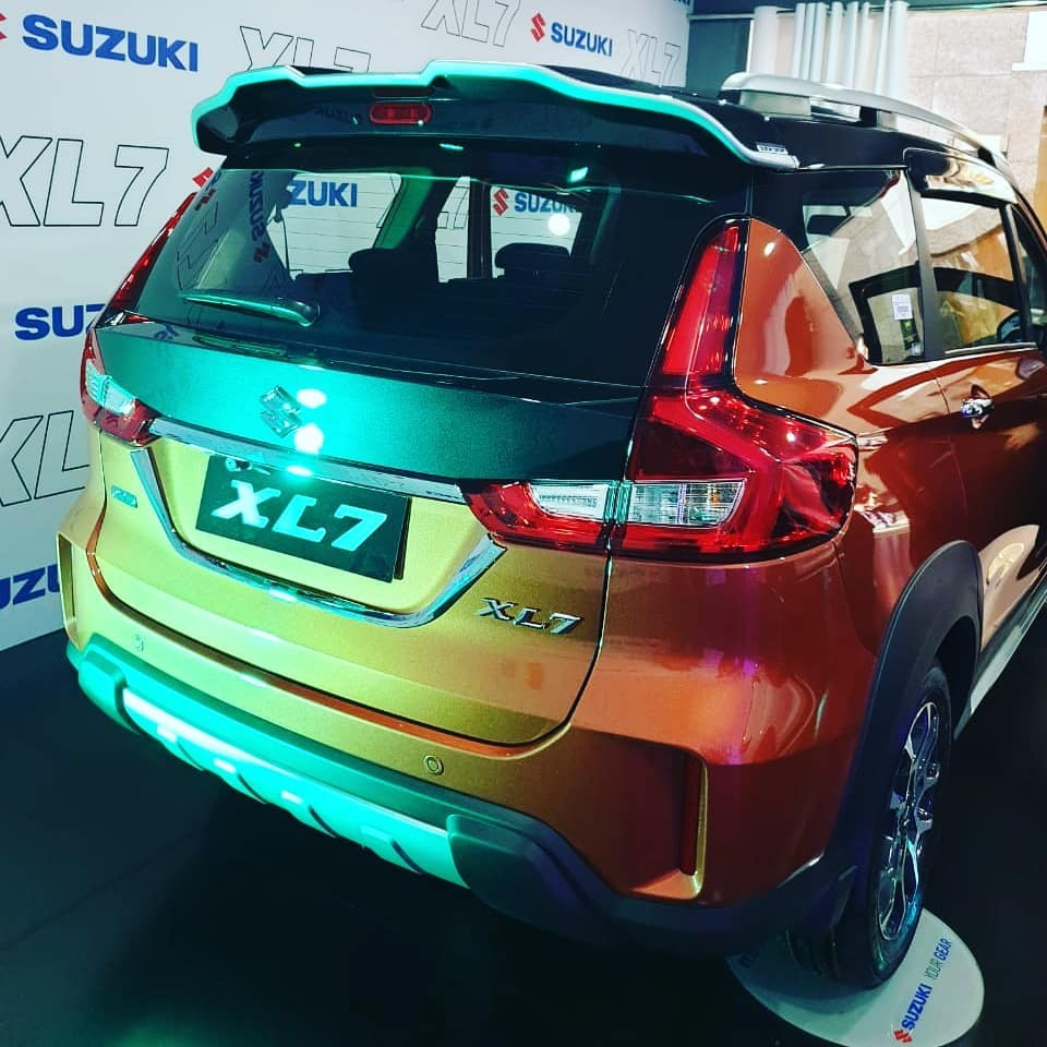 The Suzuki XL7 2020 has chrome trim on the trunk door and silver hood