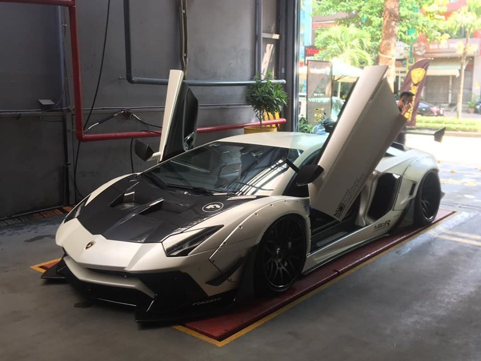 And now has a new white coat to play Chinese New Year. The owner of this Lamborghini Aventador Limited Edition 50 also owns the white Mercedes-AMG G63 2019 luxury SUV