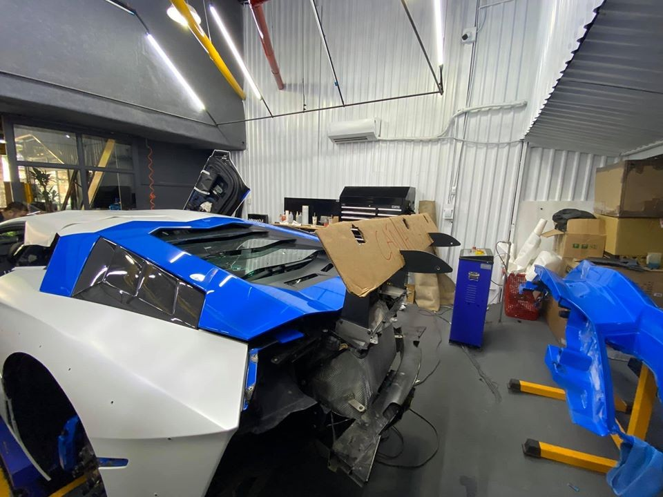 Supercar Lamborghini Aventador Limited Edition 50 in the process of changing the white shirt