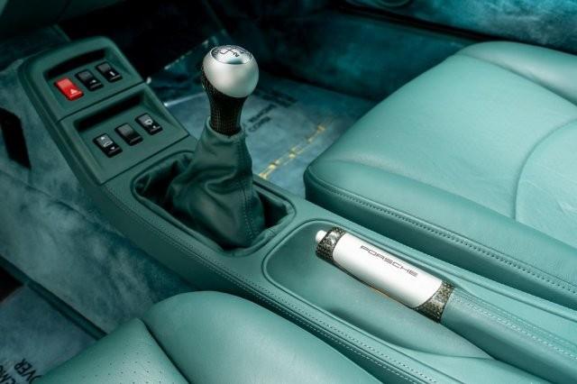 Qua 23 năm sử dụng, chiếc Porsche 993 Turbo S 1997 đang được rao bán hơn 20 tỷ đồng trong tình trạng gần như mới toanh khi số đồng hồ công tơ mét hiện đang dừng ở con số 856 km. Những chi tiết sơn bên ngoài cũng còn mới trong khi nội thất vẫn giữ được độ mới và ghế ngồi còn chưa bị nhăn.