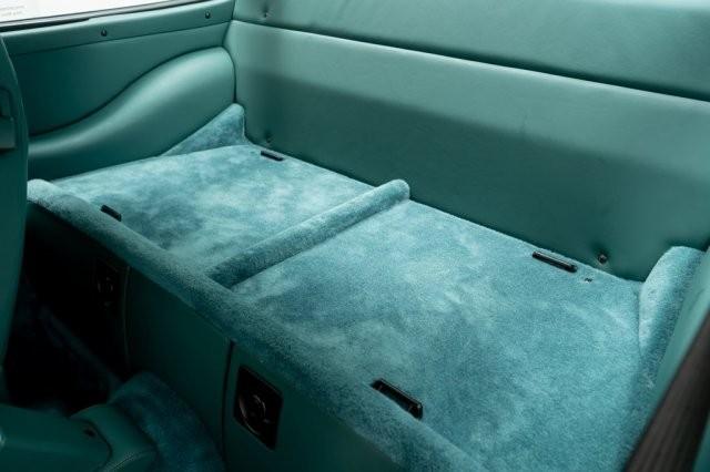 Trong khi phần thảm chân, ghế ngồi phụ phía sau và bảng điều khiển trung tâm được bọc da lộn cùng màu.