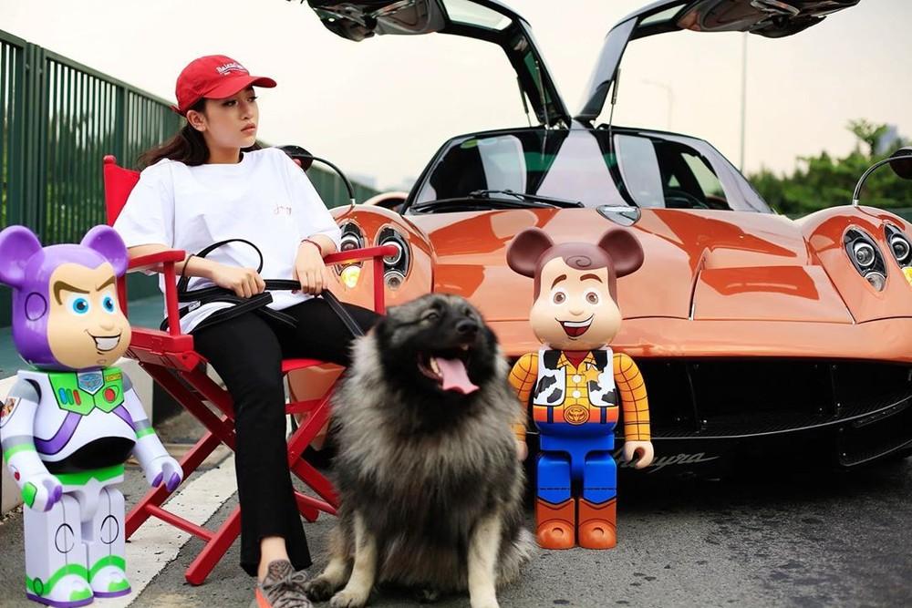 Những đồ chơi mô hình Bearbrick này có giá không hề rẻ. Còn chiếc Pagani Huayra phía sau có giá hơn 80 tỷ đồng, đây hiện là siêu xe đắt nhất tại Việt Nam.