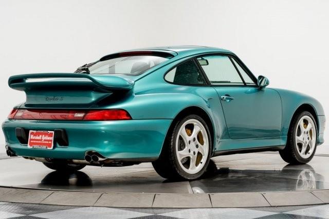 Ngoại thất chiếc Porsche 911 Turbo S 1997 này sở hữu màu sơn xanh Wimbledon Green rất độc đáo và sành điệu ở tại thời điểm này.