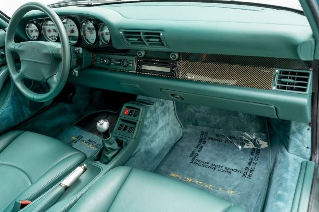 The next interesting point is that the interior of the 1997 Porsche 911 Turbo S is selling more than 20 billion VND and continues to be bathed in green tones. The seats, steering wheel, dashboard are all covered in Nephrite Green leather
