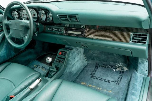 Điểm thú vị tiếp theo chính là việc bên trong khoang nội thất của chiếc Porsche 911 Turbo S 1997 đang rao bán hơn 20 tỷ đồng tiếp tục được tắm với tông màu xanh lá chủ đạo. Ghế ngồi, vô-lăng, táp-lô đều được bọc da màu xanh lá Nephrite Green