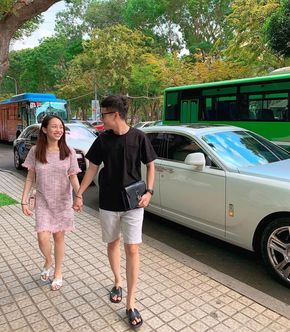Bức ảnh gần đây nhất cho thấy con gái Minh Nhựa đã có em bé. Phía sau là cặp đôi Rolls-Royce Ghost thuộc sở hữu của bố Minh Nhựa và mẹ ruột của Phạm Trần Nguyễn Minh Anh.