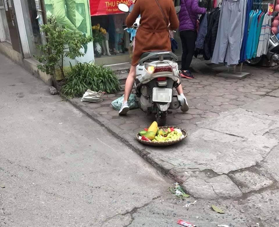 Mẹt hoa quả bị cán nát của người bán hàng rong