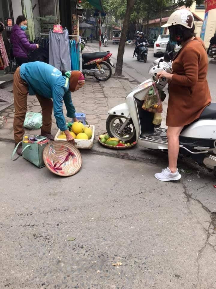 Hình ảnh gây khá nhiều bức xúc cho người xem về người phụ nữ điều khiển xe máy cán qua mẹt hoa quả