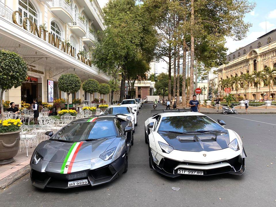 Điểm nhấn của đoàn siêu xe này là cặp đôi Lamborghini Aventador LP700-4 độ khủng của hai nước Việt-Lào giao lưu ngày cận Tết