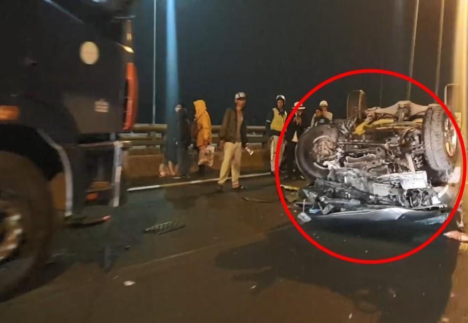 Chiếc xe bán tải biến dạng nghiêm trọng sau tai nạn với xe tải