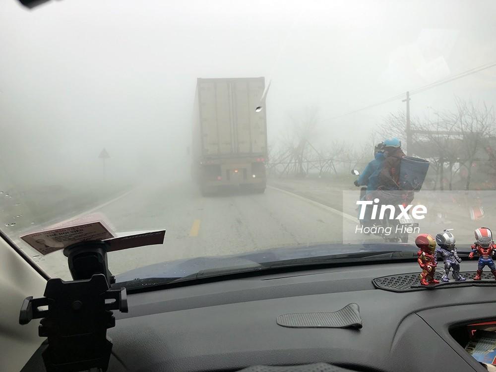 Tầm nhìn trong sương rất kém nên các lái xe chú ý sử dụng cả đèn sương mù để tăng khả năng quan sát mặt đường và tăng khả năng nhận biết với các xe đối diện.