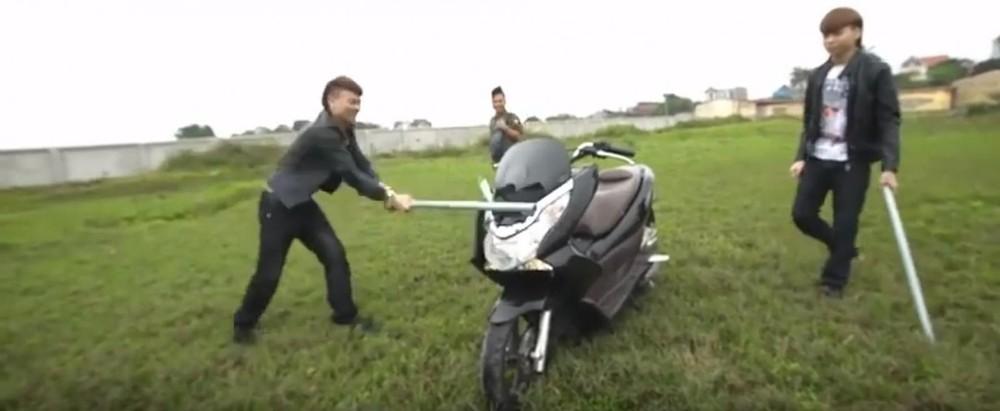 Tuy phủ nhận quan hệ với Ngô Bá Khá (Khá Bảnh) nhưng không khó để nhận ra đoạn video đốt Honda PCX để đổi lấy Pega NewTech của nhân vật này là một hình thức quảng bá cho chiến dịch quảng cáo của Pega