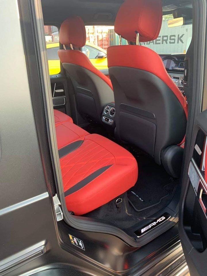 Mặt lưng ghế ngồi được hoàn thành màu tối
